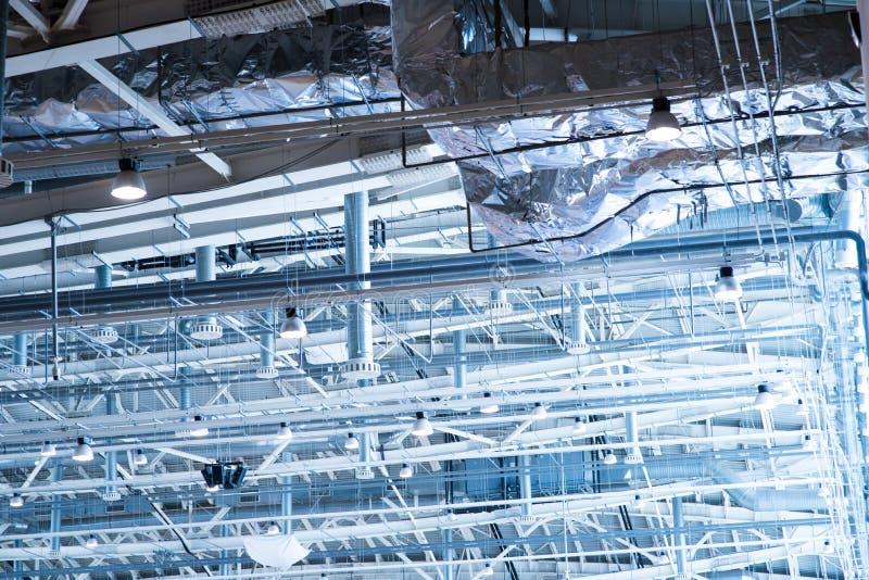 Zona industriale, condutture d'acciaio ed attrezzature fotografia stock libera da diritti