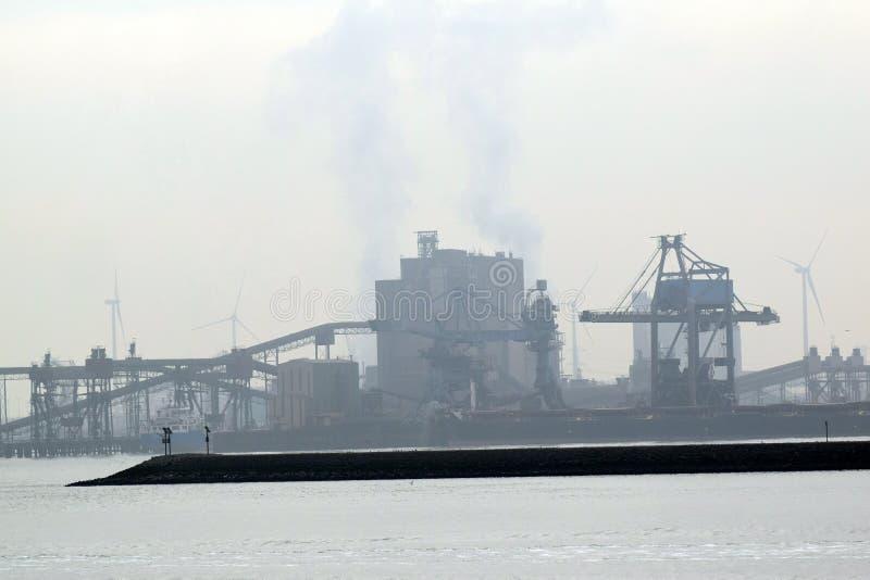 Zona industriale dall'altro lato del fiume immagini stock libere da diritti