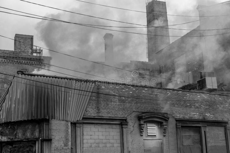 Zona industriale nella vicinanza di Williamsburg di New York a Brooklyn, in bianco e nero immagine stock