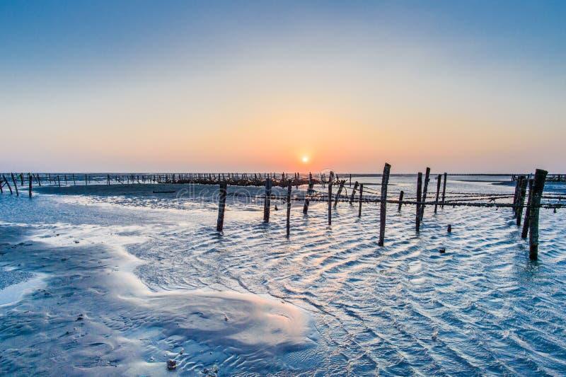 Zona intermareal de la playa con puesta del sol hermosa en Wangong fotos de archivo