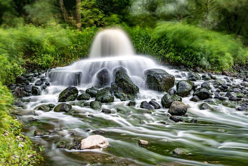 Zona mescolantesi di scarico di acque luride di acque luride urbane Inquinamento del fiume Scarichi della citt? Esposizione lunga fotografia stock libera da diritti