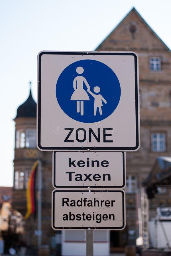 Zona pedestre Nenhuns táxis Anda sua bicicleta foto de stock royalty free