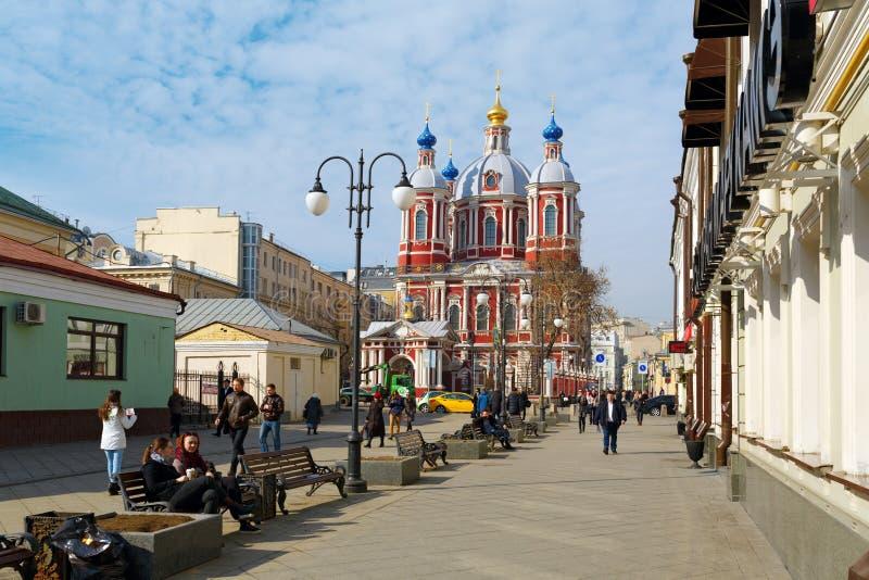 Zona pedestre perto da igreja do St Clement Moscovo, Rússia fotos de stock royalty free