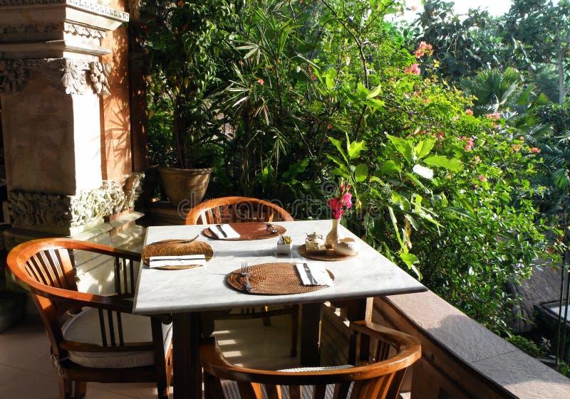 Zona pranzante del giardino esterno del ricorso fotografia stock libera da diritti