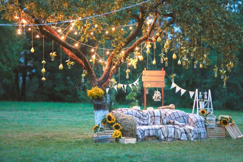 Zona rústica da foto do casamento As decorações feitos à mão do casamento incluem a cabine da foto, tambores e caixas de madeira, imagens de stock royalty free