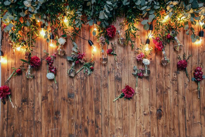 Zona rústica da foto do casamento As decorações feitos à mão do casamento incluem flores do vermelho da cabine da foto fotos de stock royalty free