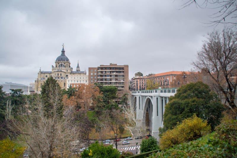 Zona residenziale di Madrid, vista ad Almudena Cathedral fotografie stock
