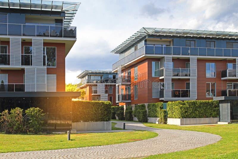 Zona residenziale moderna con i condomini, costruzioni in un nuovo sviluppo urbano immagine stock