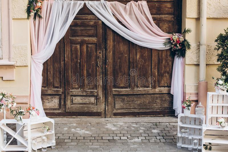 Zona rustica della foto di nozze porte di granaio di legno con tessuto e il whi fotografie stock