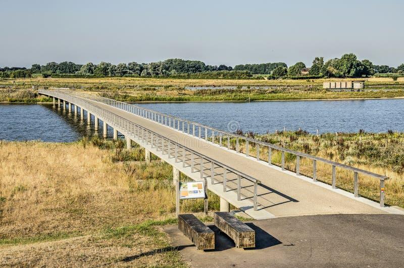 Zona sujeitas a inundações com ponte pedestre fotos de stock