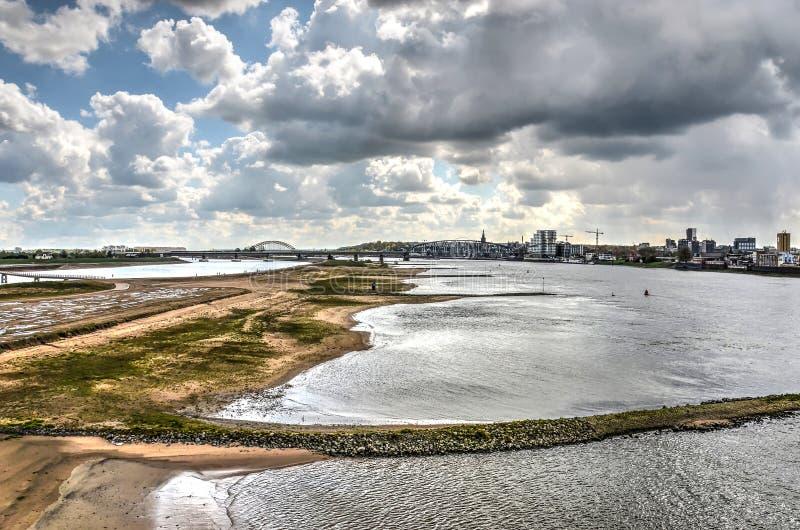 Zona sujeitas a inundações de Nijmegen sob um céu dramático imagem de stock