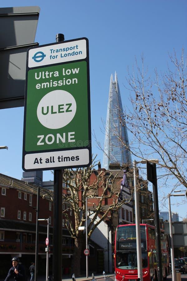 Zona ULEZ ultraleggero con nuova carica di segnale Londra Ultra Low Emission Zone ULEZ nel centro di Londra ULez, 12 sterline 50 fotografia stock