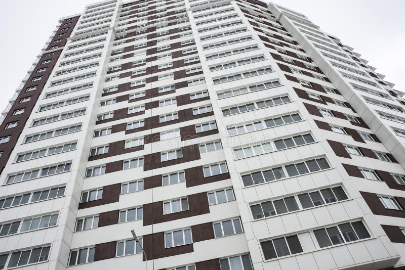 Zona urbana el dormir Edificio residencial de varios pisos con blanco y marrón fotos de archivo libres de regalías