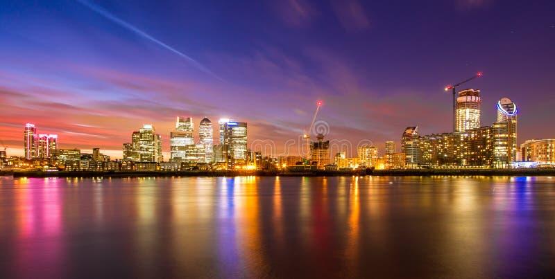 Zonas das docas de Londres na noite imagens de stock royalty free