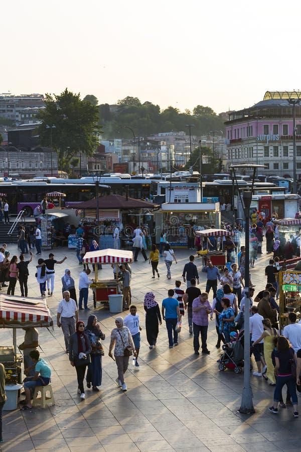 Zonas de restaurantes con los bocadillos tradicionales con los pescados en Estambul cerca del puente de Galata foto de archivo