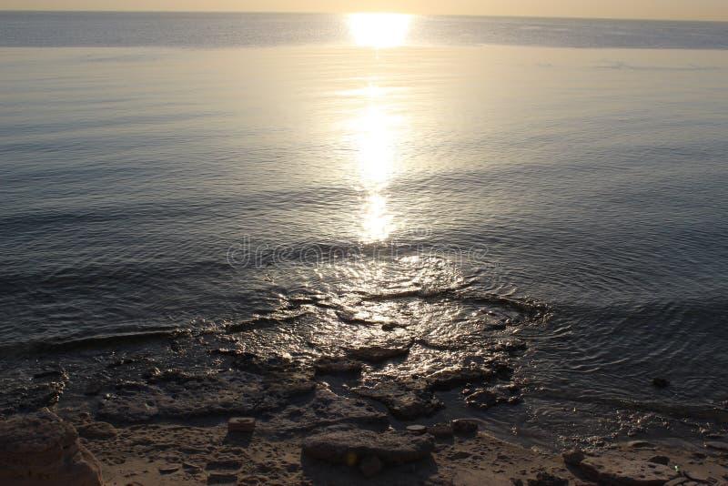 Zonbezinning op de dag van de strand hete zomer royalty-vrije stock foto