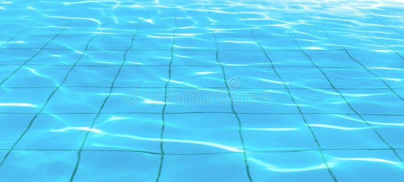 Zonbezinning over de duidelijke waterrimpelingen van zwembad met tegelsvloer royalty-vrije stock fotografie