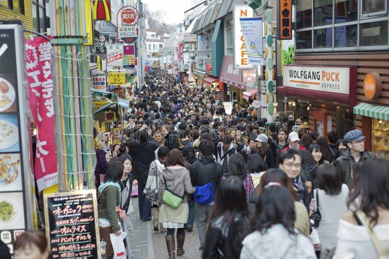 Zondag die in Takeshita Dori, Tokyo winkelt royalty-vrije stock afbeelding