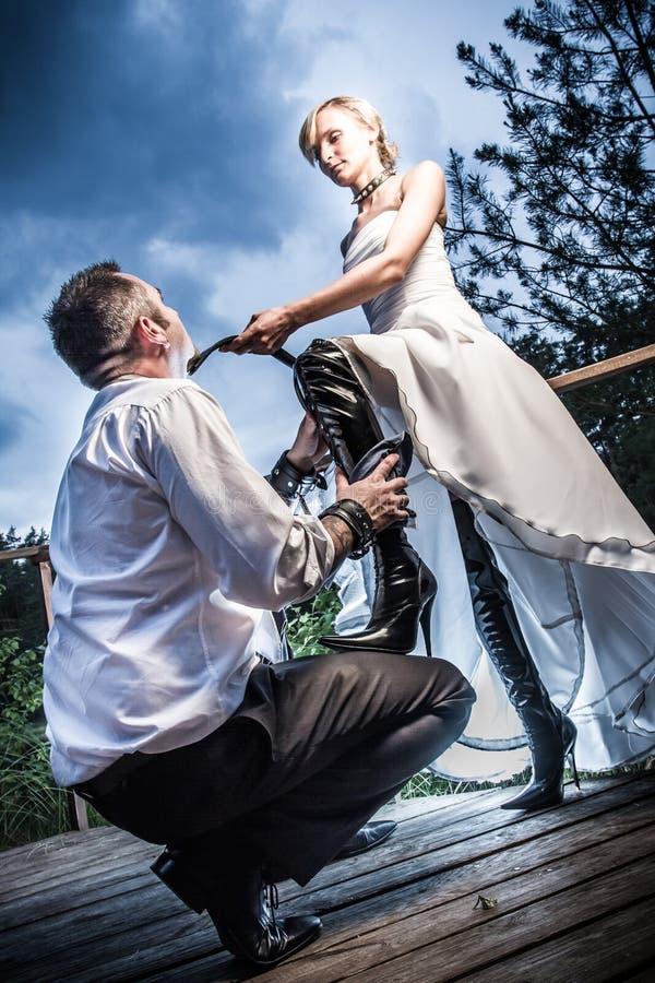 Zonderling huwelijks jong paar stock fotografie
