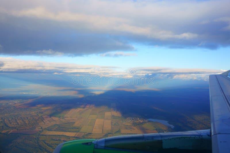 Zone de Brown et ciel bleu Vue de hublot d'avion lumières de image libre de droits