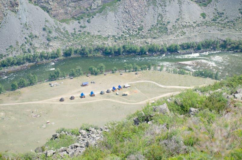 Zone de loisirs dans les montagnes de l'Altaï avec la Russie natale images stock