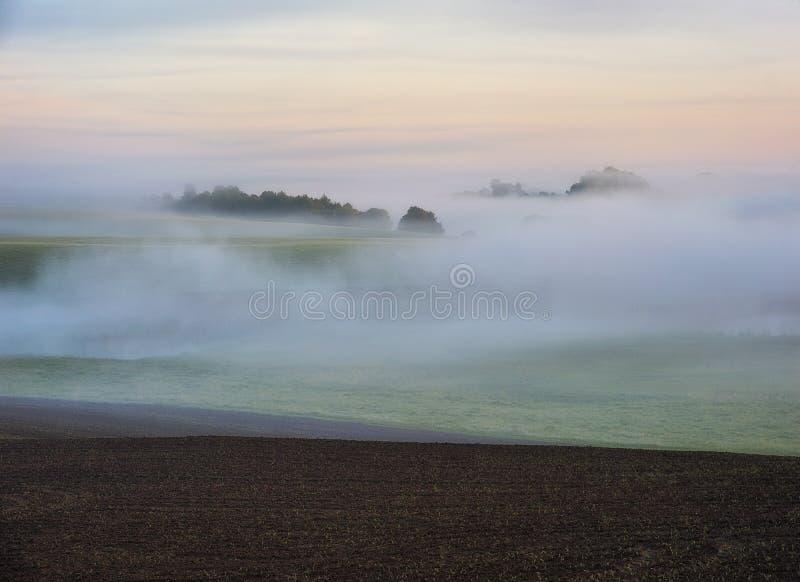 Zone de matin de source? d'herbe verte et de ciel nuageux bleu Lever de soleil dans la vall?e de la rivi?re pittoresque photos stock