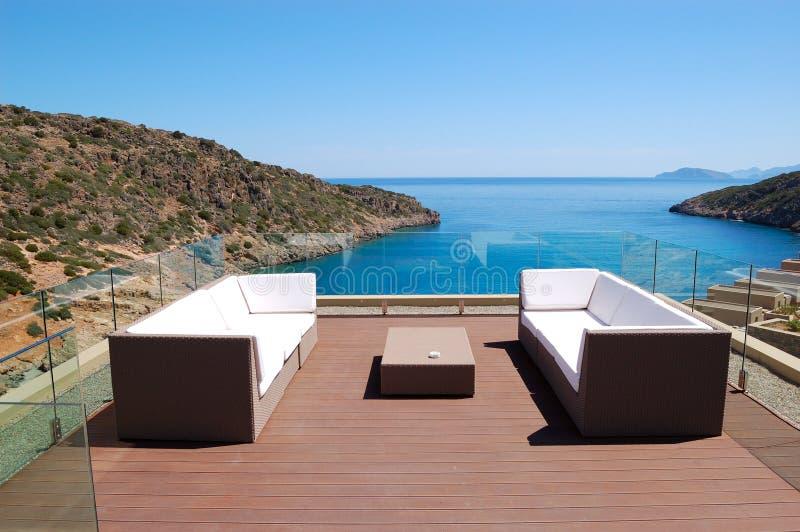 Zone de relaxation de vue de mer d'hôtel de luxe photo libre de droits