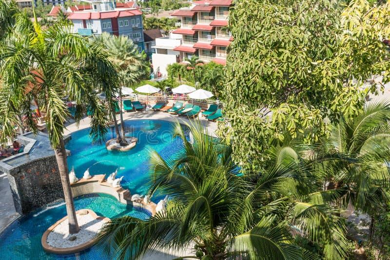 zone de repos dans l'hôtel tropical, vue depuis le balcon terrasse solarium du complexe La vue sur la piscine et les palmiers pre images stock