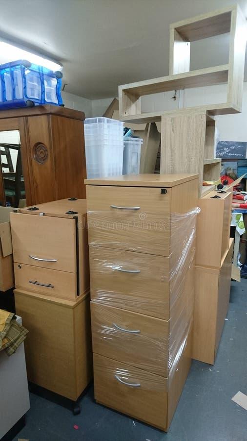 Zone de stockage emballée avec des meubles de bureau images libres de droits
