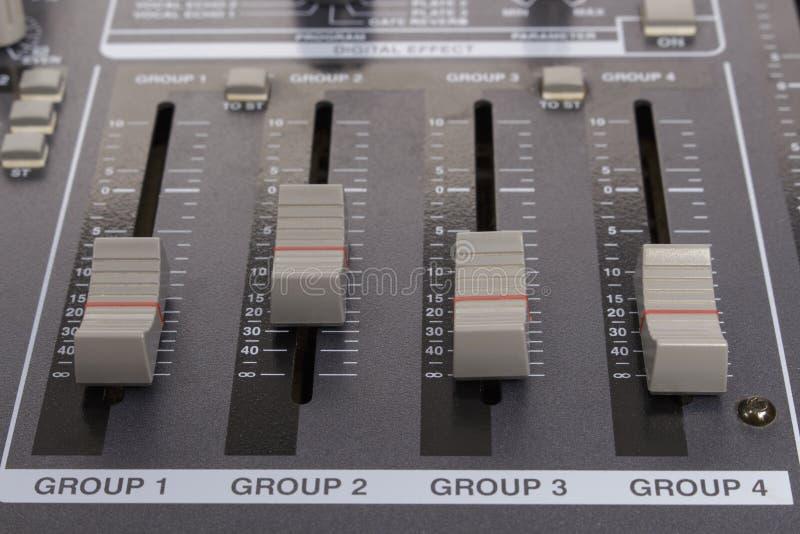 Zone en gros plan du cheminement de sous-groupe et de mélange dans un mélangeur audio photographie stock