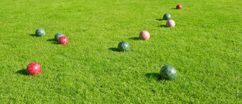 Zone herbeuse avec le jeu de billes de Bocce photos libres de droits