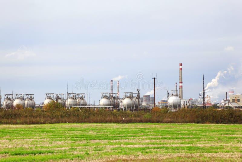 Zone industrielle avec des usines et des pipes images libres de droits