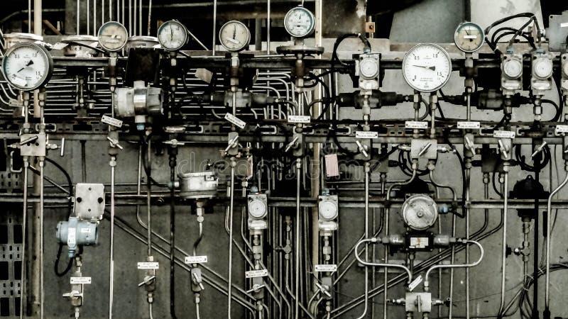 Zone industrielle, canalisations en acier, valves et échelles image libre de droits