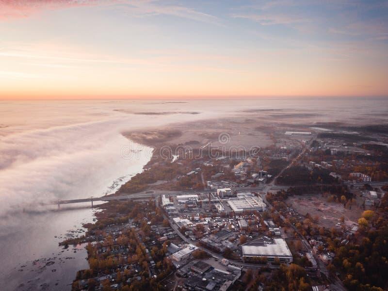 Zone industrielle de Riga, Lettonie près de rivière de dvina occidentale Matin tôt d'automne photos libres de droits