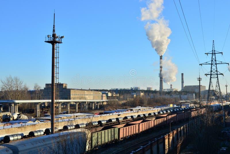 Zone industrielle des usines, fils électriques image stock