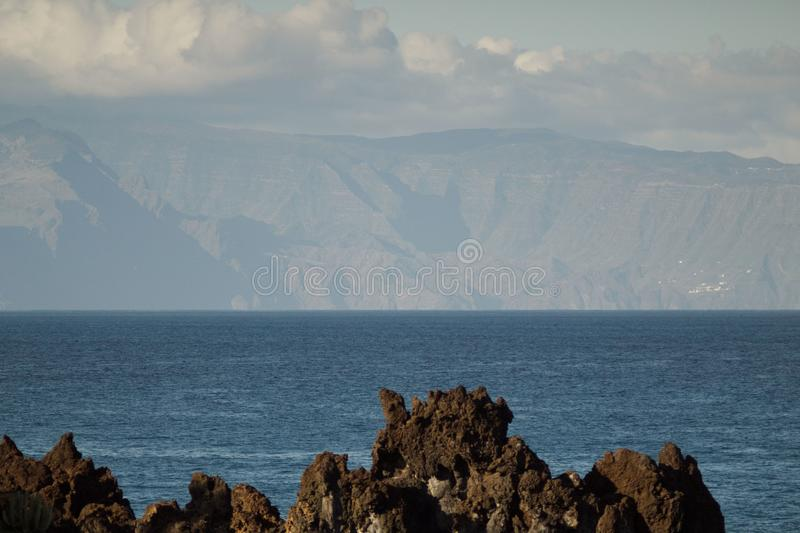 Zone orientale de l'île de Gomera de La vue de Ténérife Long tir de lentille Ciel bleu avec des nuages, l'eau bleue sous la ligne photo libre de droits