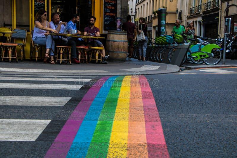 Zone piétonnière avec les couleurs gaies peintes sur le passage piéton en secteur de le Marais de Paris images libres de droits