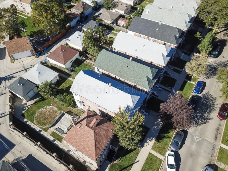 Zone résidentielle de vue aérienne avec la rangée des maisons de ville et du fa lumineux photos stock