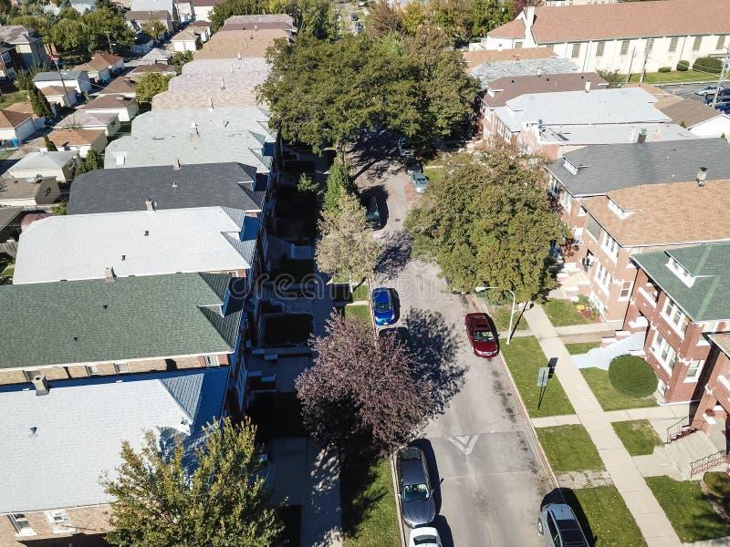 Zone résidentielle de vue aérienne avec la rangée des maisons de ville et du fa lumineux photographie stock libre de droits