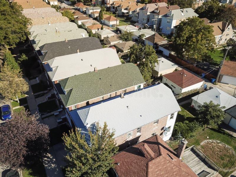 Zone résidentielle de vue aérienne avec la rangée des maisons de ville et du fa lumineux photo libre de droits