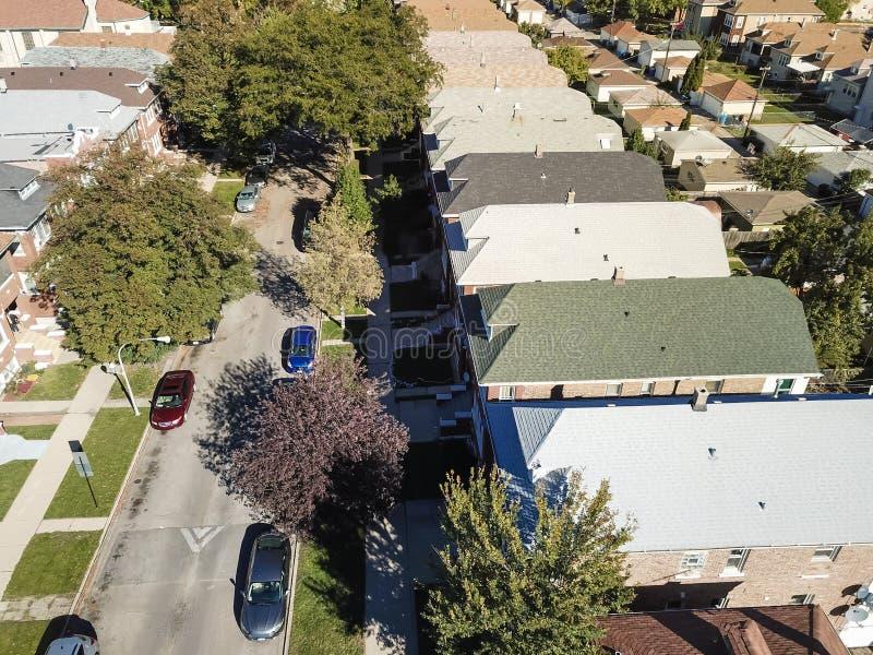 Zone résidentielle de vue aérienne avec la rangée des maisons de ville et du fa lumineux image stock