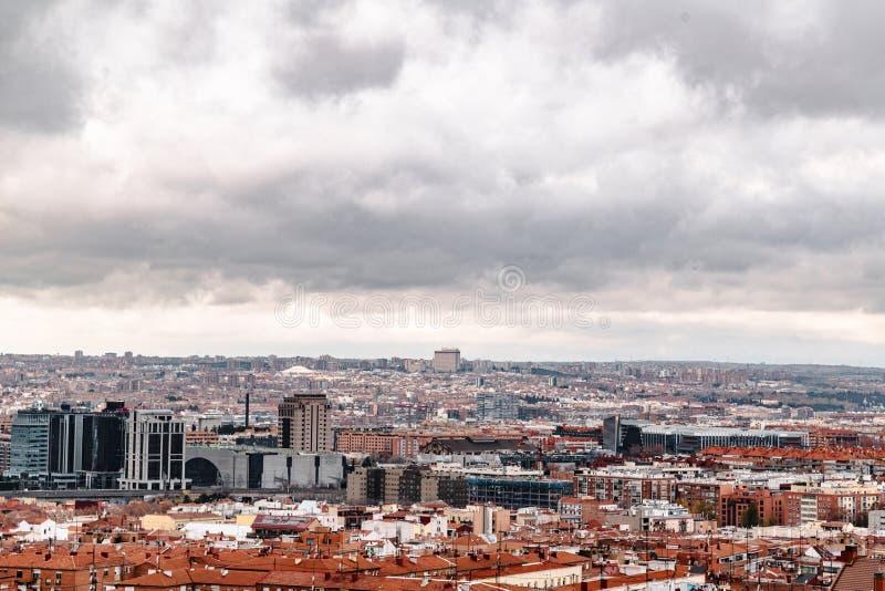 Zone résidentielle et gratte-ciel à Madrid en hiver images stock