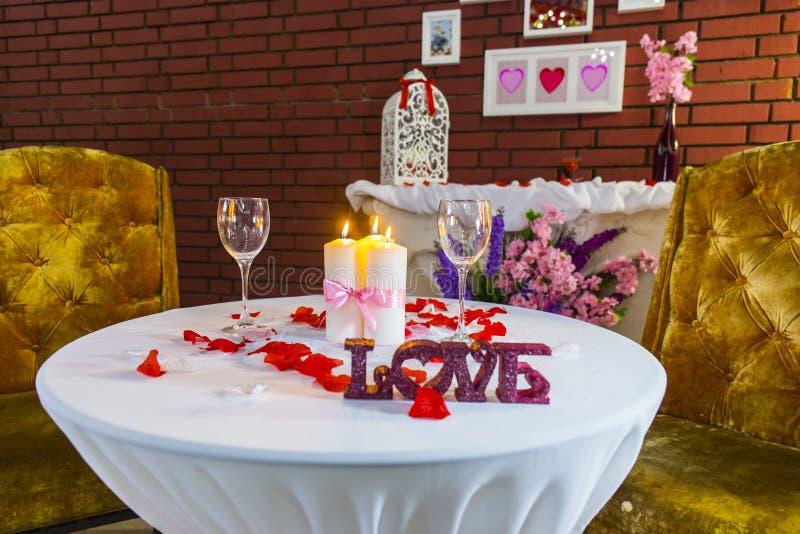 Zone romantique avec la table ronde images stock