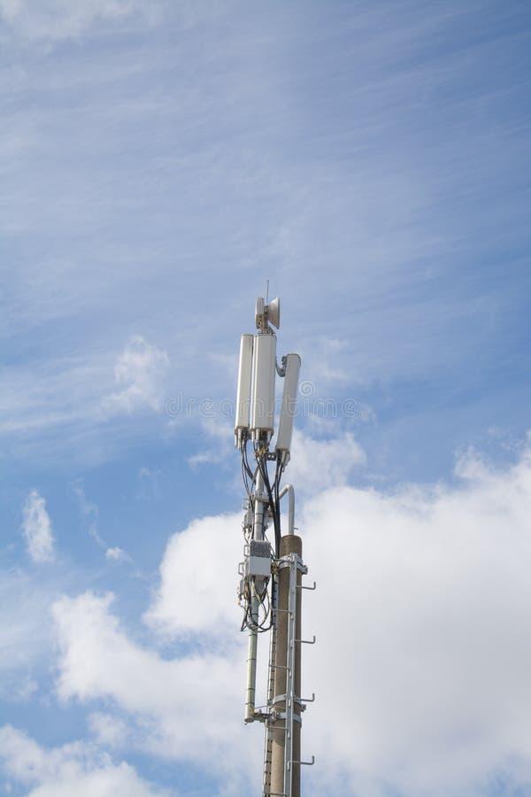 Zone urbaine d'antennes de téléphone mobile photos stock