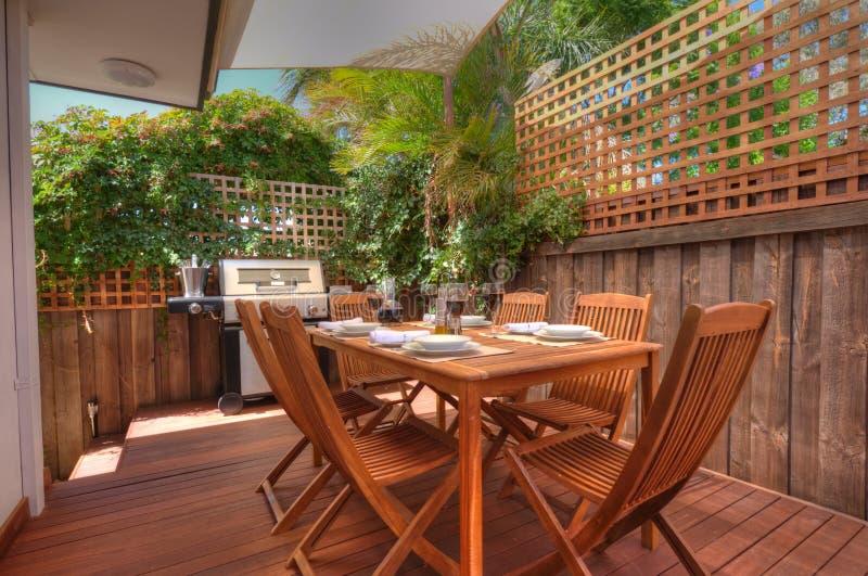 Zone vivante extérieure moderne avec la configuration de bois de construction photos stock