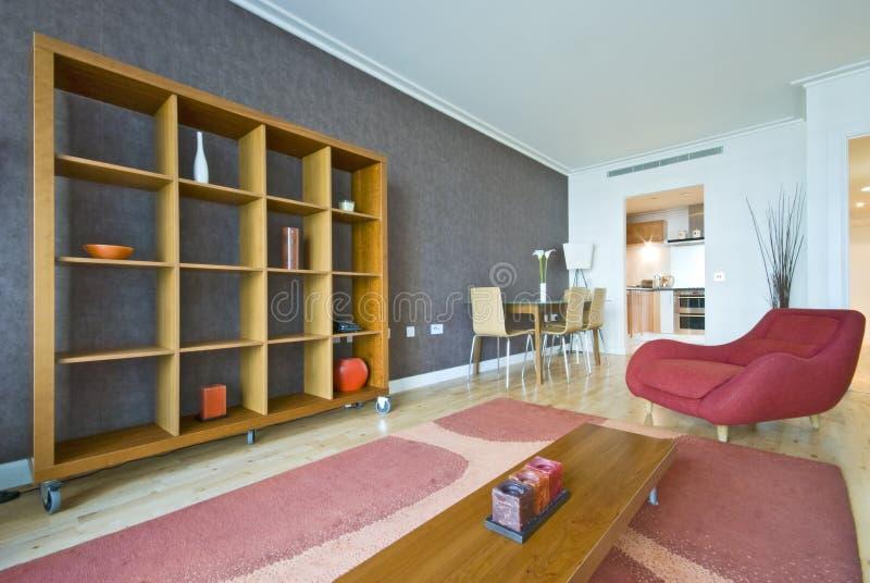 Zone vivante moderne avec des meubles de créateur photographie stock