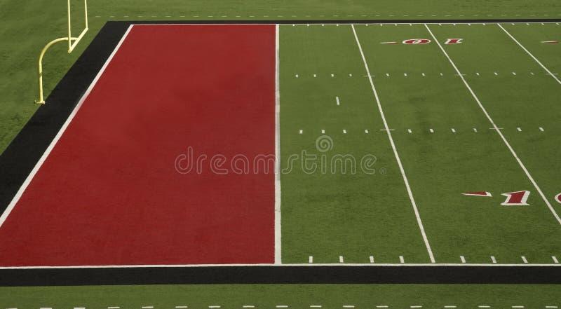 Zones d'en-but de rouge de terrain de football images stock