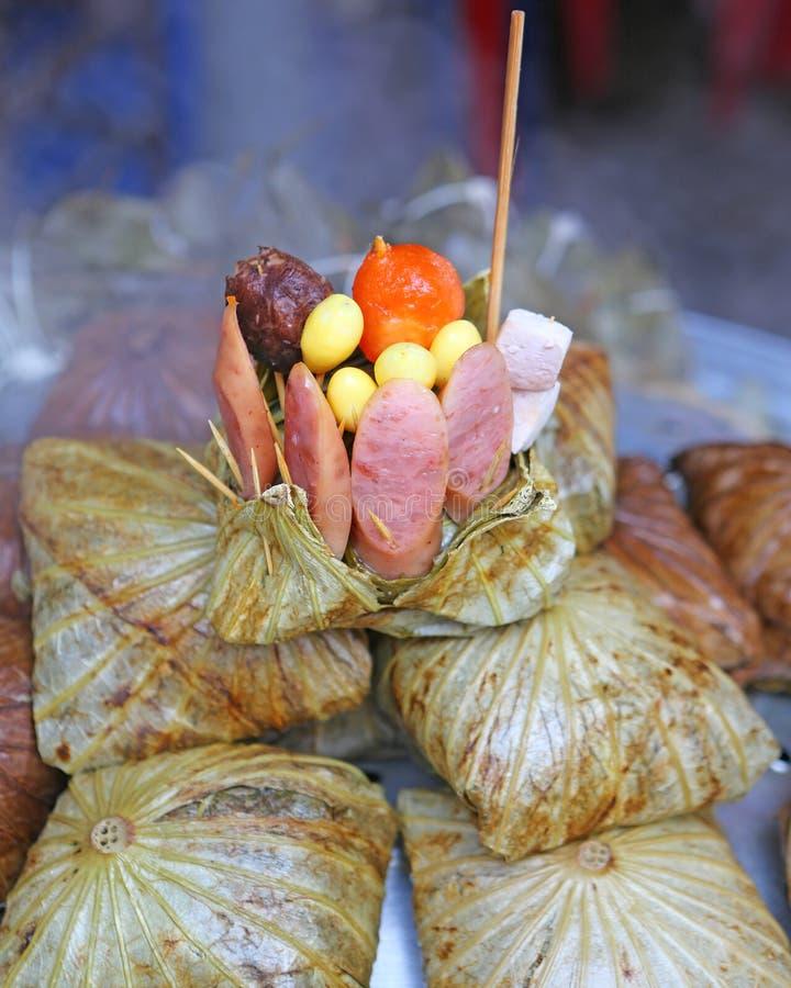 Zongzi, китайские вареники риса в лист лотоса стоковые фото