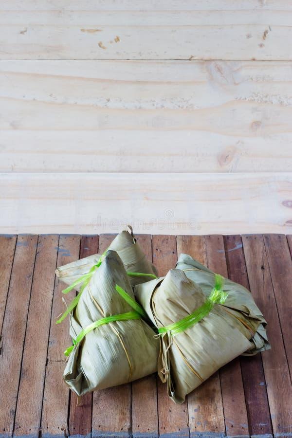 Zongzi of Bak Chang op houten achtergrond stock fotografie