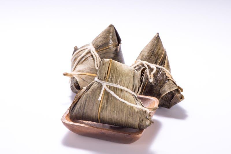 Zongzi o bola de masa hervida del arroz aislada en el fondo blanco en Dragon Boat Festival fotografía de archivo libre de regalías